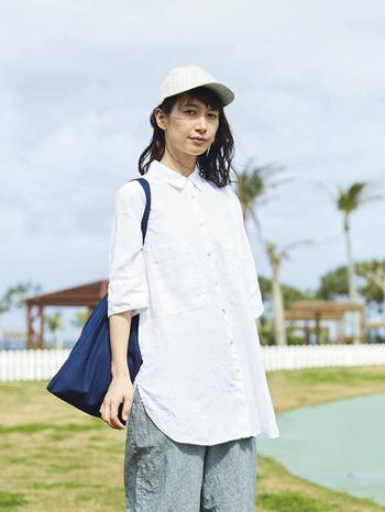 ベーシックな襟付きシャツの裾と袖を少し伸ばしたような、リラックス感のあるタイプもあります。ちょっと太めの糸を使って織り上げた、ざっくりとした生地もリネンらしくて風合い豊か。こちらは白と紺の2色ランナップされています。丈が少し長くなるだけで、なんだか凛とした大人っぽい印象に。