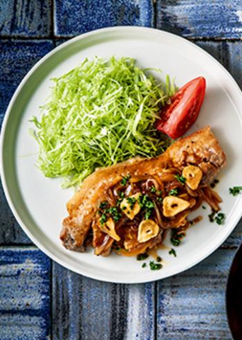 こちらはニンニク醤油ベースのこれまたご飯が止まらない洋食レシピ。厚切り肉を焼く際は、お肉を常温に戻しておくことが大切です。そしてしっかり筋を切ること。この二つを守るだけでも今までとは明らかに違う美味しさになります。