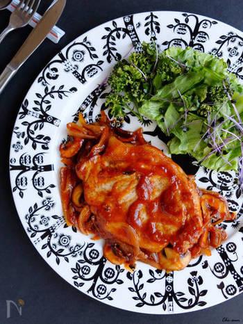 豚肉を玉ねぎとケチャップベースのソースでソテーした洋食好きにはたまらないレシピです。薄切り肉でもアレンジが効きますがまずはドーンとソテー用の厚切りで作ってみてくださいね♪