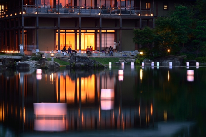 尾張徳川家の大名屋敷跡に築造された池泉廻遊式の大名庭園。約4万5000平方メートルもの敷地内には国宝「源氏物語絵巻」を展示している「徳川美術館」や河内本「源氏物語」を所蔵する「蓬左文庫」、菖蒲園、牡丹園などがあり、紅葉の名所としても有名です。