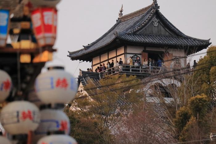 天文6年(1537年)に織田信長の叔父である織田信康によって築城されました。別名「白帝城」と言われており、現存する日本最古の木造の天守閣は国宝に指定されています。木曽川の畔の小高い山の上に建てられた城の最上階からは城下町の古い街並みや濃尾平野を一望でき、まさに絶景です。