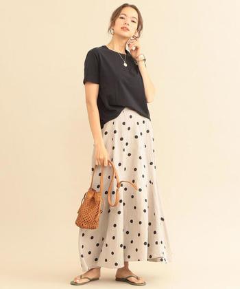 軽やかなリネン素材でできたこちらのスカートは、裾に向かって広がるフレアデザインが女性らしい印象です。Tシャツやサンダルなど、カジュアルなアイテムと合わせても上品に決まるので、夏のお出かけや旅行シーンにもぴったり。