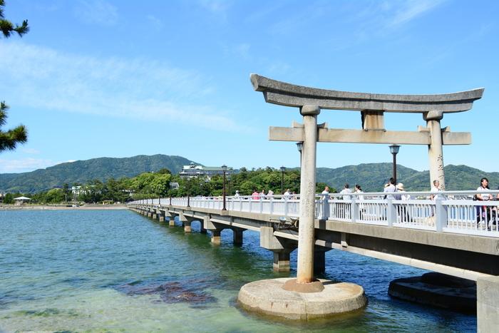 島全体が国の天然記念物に指定されている竹島に鎮座する「八百富神社」。日本七弁天の一つに数えられ、かつて関ヶ原の合戦前に徳川家康も参拝したと伝わる由緒正しい神社です。開運、縁結び、安産などにご利益があり、恋愛運や金運をアップさせたい人におすすめです。