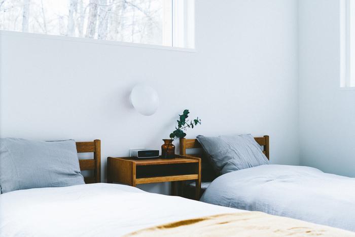 アンティークの家具には、時間を重ねてきたからこそ生まれる風合いがあります。 新品の家具にはない、深い色味やツヤは、眺めているだけでもうっとりしてしまうもの。 思いっきりシンプルなファブリック類と合わせると、さらに味わいが引き立ちます。