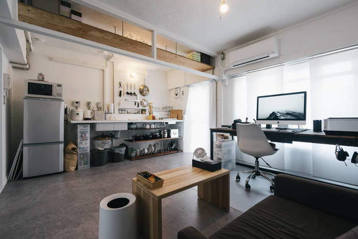 広々した空間にモノトーン×ナチュラルインテリアの組み合わせが映えて、さらに広くすっきりと見えます。 ステンレス素材の家電やグレーの床はクールな印象ですが、温もりのある木の梁や木製のテーブルが、お部屋の表情をやわらげています。