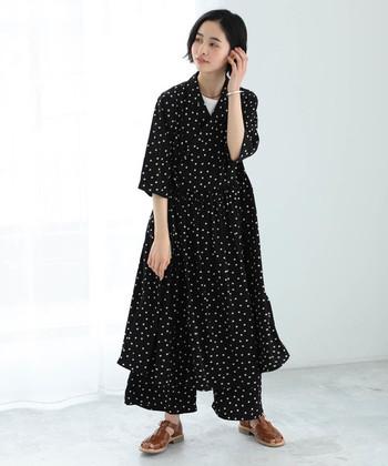 ガウンのように羽織れるおしゃれなカシュクールワンピースも、デニムやワンピースなど様々なアイテムとの重ね着が楽しめる便利なアイテムです。こちらのように同柄のワイドパンツを合わせて、おしゃれなセットアップスタイルにするのも◎。シックなドット柄のワンピースは、シンプルな夏の装いをおしゃれな雰囲気に仕上げてくれます。