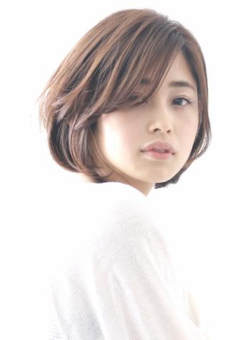 ふわっとしたひし形スタイルに、目尻を隠す斜め前髪や、流し前髪を作ると、大人っぽさを残しつつ小顔効果も期待できます。