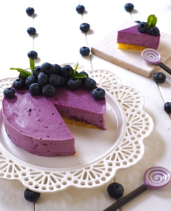 レンジで材料を加熱し、混ぜて冷やすだけのスイーツです。クリームチーズとマシュマロでとろっと濃厚な味わいに。紫色も美しく、仕上げにたっぷりブルーベリーをのせるとお店のような仕上がりになりますよ。