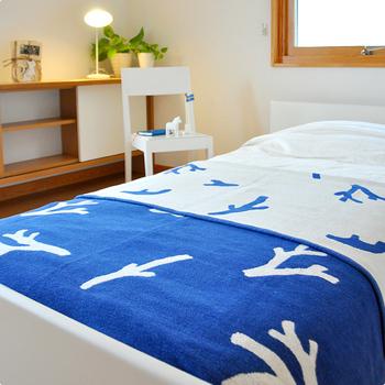 ブルーに白いサンゴが描かれた「KLIPPAN× mina perhonen」のブランケットCORALは、海を思わせる爽やかな一枚。オーガニックコットンのシュニール糸で織られているため、柔らかくずっと触れていたくなる心地よさ。吸汗性にも優れ丸洗いできるので、暑い日に寝汗をかいても安心です。