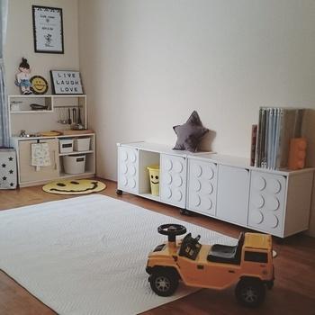 扉付きのカラーボックスにアレンジしてみましょう。白く塗った丸いコースターをボンドで扉に貼りつけたら、LEGO風収納の完成!扉を取り付ける前にアレンジした方が楽に作業できますよ。ちょっとしたアレンジですが、遊び心があって素敵ですね。