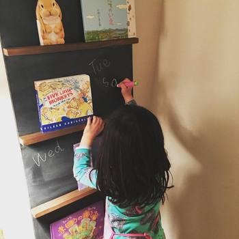 MDFボードで作る絵本ラック。MDFボードに1×2材をビス止めしています。黒板塗料を塗っているので、チョークでお絵かきもできる優れもの。お子さんが自由に楽しく使ってくれそうですね。