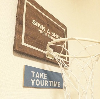 市販のバスケットゴールはお家の雰囲気に合わない…そんな時はアレンジしてみましょう。ステンシルをしてゴールをカラースプレーで塗装し、木材に取り付けたら完成!あっという間におしゃれでオリジナリティのある仕上がりに。