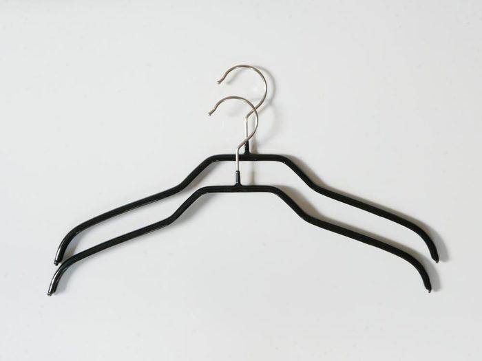 襟付きのシャツを掛けるならこちらのハンガーがお勧めです。滑りにくいのはもちろんのこと、シャツのシルエットをきれいに保ってくれます。