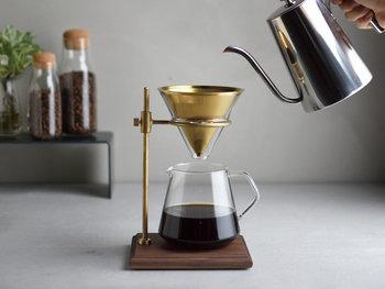 次にご紹介するのが、「金属フィルター」です。ペーパーフィルターと似た形で、シンプルな方法でコーヒーを淹れることができます。