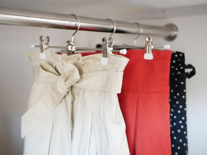 スカートやパンツをハンガーに掛けるなら、クリップタイプが便利ですよね。シンプルでスリムな作りで何本あっても平気そう。