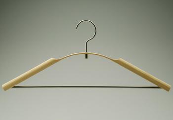 するりとしたラインが竹独特の美しさを見せてくれています。艶やかで緊張感のある、デザイン性の高いハンガーです。