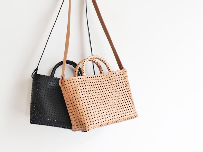 革紐で編み込み、ミシンを使用せずに作られたショルダータイプのカゴバッグ。ハンドルが付いているので、トートバッグとしても活用できる2way仕様です。カウレザーに施されたパンチング加工が、程よい透け感で夏らしさを高めてくれます。