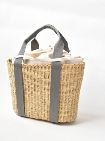安定感のある形とサイズ感で人気な、ベーシックタイプのカゴバッグです。キナリのインナーバッグが付いているので、開口部が開いているトートバッグタイプでも、安心してデイリー使いができますね♪