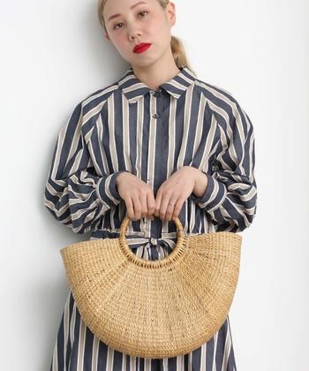 半円型のラウンドカゴバッグは、春夏のナチュラルコーデにぴったりなアイテムです。中布を絞ることで荷物を目隠しでき、内側にはポケットも備わっているので、使い勝手も抜群♪
