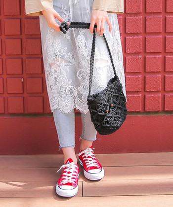 立体的な編み目と、コロンとした丸みのあるシルエットが特徴的な、ミニショルダータイプのカゴバッグです。透け感のある デザインに見えますが、裏地がしっかりと付いているので、中に入れた荷物が透けて見えることもありません。