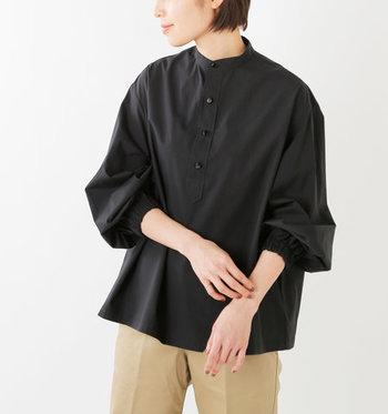 ハリ感のあるコットン100%素材で、パリッと着こなせるパフスリーブデザインのシャツです。シンプルな黒は、どんなボトムスにも合わせやすいのが魅力。袖の長さを調整できるので、ロングシーズン着回せます。