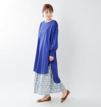 ふわっと絞られた長袖のパフスリーブと、前後で丈が違うラウンドヘムデザインの裾が特徴のワンピースです。鮮やかなブルーカラーは、一枚で着てもボトムスをレイヤードしても、爽やかにキマります。