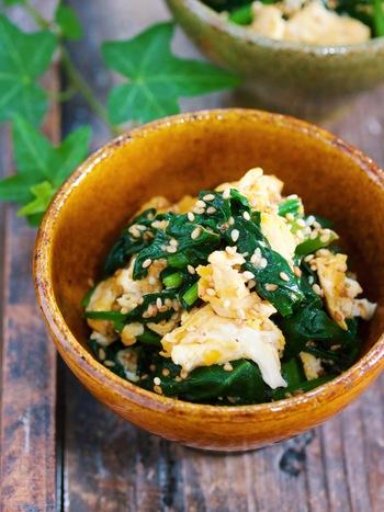お弁当の彩りの黄と緑の彩りが1品で叶う「ほうれん草と卵の炒めナムル」。フライパンで材料を炒めたら、あとはナムルだれで和えるだけ。5分でできちゃう簡単レシピです。ふんわり卵で味もマイルドに♪