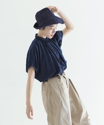 パフスリーブデザインのアイテムは、女性らしい着こなしを演出できるアイテムです。夏のワードローブに取り入れて、ほんのり女性らしさ香るコーディネートを楽しんでみてくださいね♪
