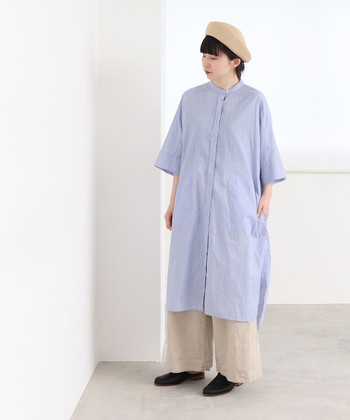 薄い青のシャツワンピースに、ベージュのワイドパンツを合わせたコーディネートです。頭にはナチュラル素材のベレー帽をちょこんと乗せて、パンツと色味を合わせることで全体に統一感を演出できます。