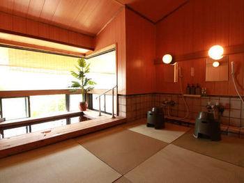 お風呂もややこじんまりとしていますが、湯の花がういていたり、竜山岳や蔵王温泉街を一望できたりと、趣たっぷり。源泉掛け流しの硫黄泉を愉しめます。