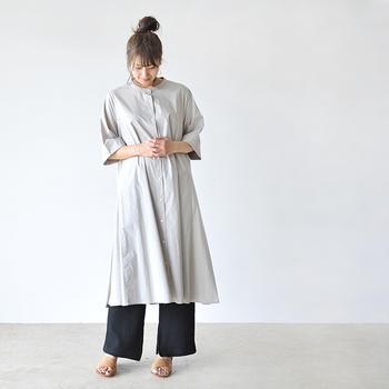 Aラインシルエットのワンピースは、軽やかな揺れ感が楽しめるアイテム。ネイビーのワイドパンツにサンダルを合わせて、薄いグレーのワンピースをベーシックに着こなしています。