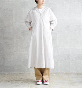 ライトグレーのシャツワンピースに、ベージュのワイドパンツをレイヤードしたスタイリングです。薄めのカラーで合わせてナチュラルにまとめている分、足元は赤のスニーカーでアクセントカラーをしっかりアピール♪