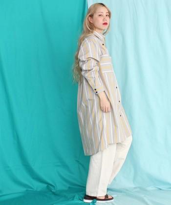 一枚で着こなしてもおしゃれにキマるシャツワンピースですが、あえてワイドパンツを合わせるレイヤードスタイルもキナリノ女子にはおすすめ。  シャツワンピースとワイドパンツを合わせた、素敵なコーディネートをカラー別にご紹介します。