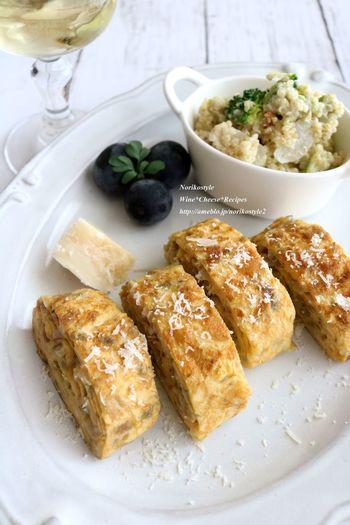 卵に牛乳、ミックスハーブを加えてオリーブオイルで焼く「洋風玉子焼き」。すりおろしチーズをかけて仕上げます。香り豊かで白ワインに合うおつまみです。