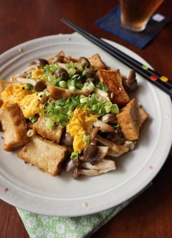 卵と厚揚げとしめじが入ったボリューム満点の「チャンプルー」。炒めた卵は一旦取り出すのがふっくら仕上げるコツです。最後にごま油を回しかけると風味がアップしますよ。