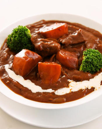 長時間煮込んで作るビーフシチュー。でもすぐ食べたい!そんな時は、市販のルーとデミグラスソースの缶詰を使うことでお手軽簡単に本格的なビーフシチューを作ることができますよ。