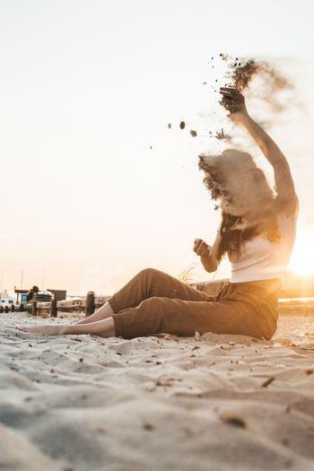 「楽しいから笑うのではない。笑うから楽しいのだ。」というアフォリズムは、行動が感情を作ることを示しています。 不機嫌だからとふくれっ面をしていては、何も変わらないばかりか、状況は悪化してしまったという経験はありませんか。まるで「世界一幸せな人」「どんなことにも動じない穏やかな人」であるかのように振る舞ってみましょう。そうするうちに、心も変化し、好ましい状況を引き寄せる土壌が整います。