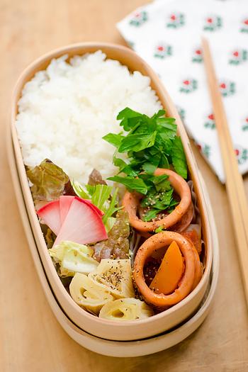 イカは低カロリーなので、ダイエット弁当に取り入れたい食材のひとつ。 イカと野菜をトマトで煮込んだだけのシンプルなレシピです。 イカから良い味がでるので、調味料も少なくてすみます。