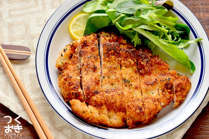 ヘルシーな鶏むね肉に、パン粉と粉チーズをまぶして焼くだけのお手軽レシピ。 シンプルですが、食べ応えのある一皿です。