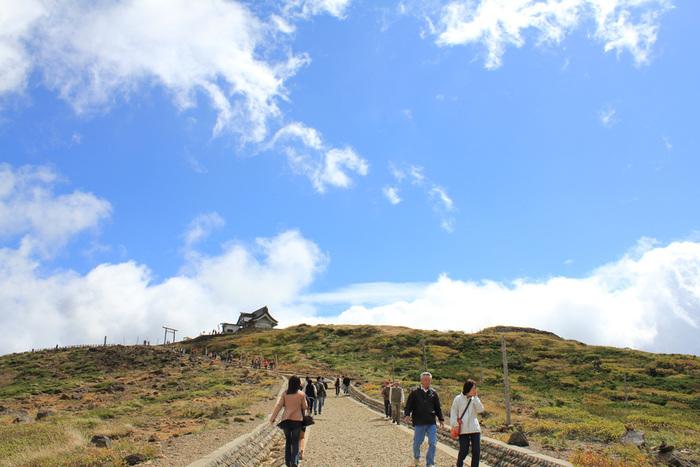「お釜」の展望台から10分ほど歩くと、刈田岳山頂が見えてきます。そこには、刈田嶺神社(かったみねじんじゃ)がありますよ。蔵王は、古くから修験道の聖地。あわせて神社へ参拝してはいかがでしょう。