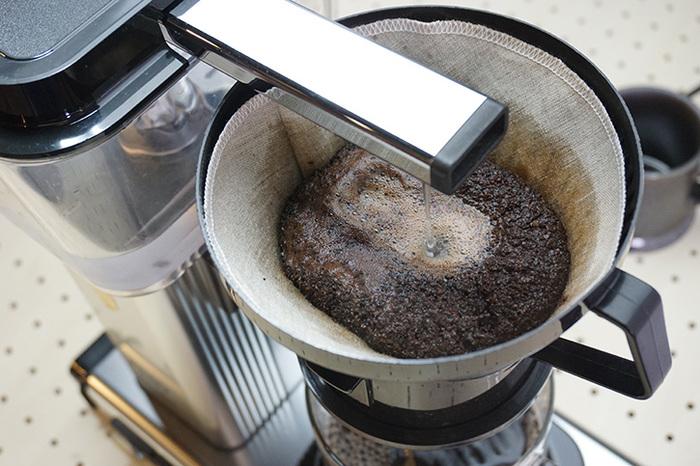 最高のドリップ方法と言われる、「ネルドリップ」。ペーパーフィルターと同じ原理の抽出方法です。ペーパーフィルターよりもしっかりとした風味で、金属フィルターよりもまろやかな味わいのコーヒーが楽しめます。ペーパーフィルターに比べると目が粗く、コーヒーに含まれる成分が抽出されやすくなります。また、ネルフィルターがコーヒーの雑味を吸収するので、まろやかさも両立できるのです。