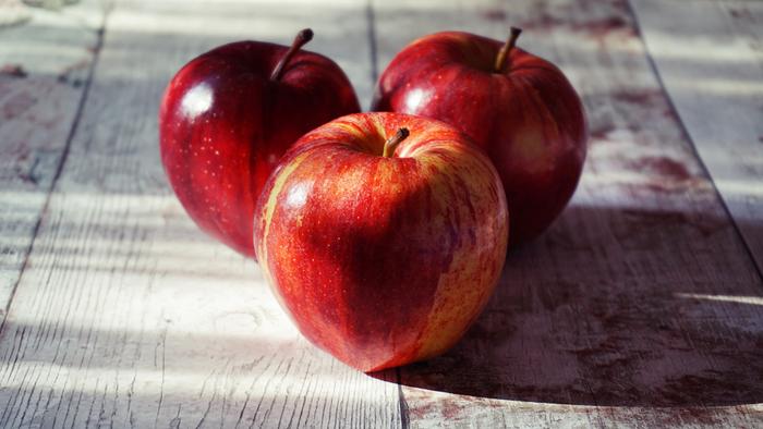 リンゴに含まれるリンゴ酸は酸性なので、中和によってアルカリ性の汚れをスッキリと落としてくれるんだそうです。また、リンゴの皮はとても香りが良いので、天日で干して乾燥したものを布袋に入れ、タンスなどに入れればポプリ代わりに、ガーゼに入れてお風呂に浮かべれば入浴剤にも。皮をそのまま生ゴミに混ぜておくと、臭いが和らぎ、消臭効果も期待できます。