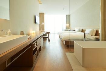 """客室は全部で42室と銀座の79室と比べるとコンパクト。旅の重要な要素である""""眠り""""をテーマに、過剰な装飾を省いた、これぞMUJI!といったミニマムでスタイリッシュなデザインで、MUJIファンにとっては、まさに自宅で過ごしているかのような快適な滞在にしてくれます。"""