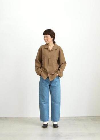 スーツや正装をする時の要素を日常のコーディネートにも取り入れる、「ちょいフォーマル」を意識して着こなしましょう。例えば、きちんとプレスされたパンツやパリッとした襟付きのトップスはカジュアル度を下げて、上品な大人感を引き出してくれます。