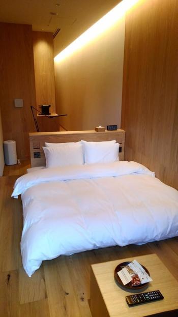 元々オフィスビルとしての利用を想定していたため、全部で79室ある客室の多くは細長い形状になっていますが、間口僅か2.1mの1番コンパクトな部屋でも狭さを感じさせないようベッドの手前にリビングスペースを設け、収納とバスルームの扉を一体化させるなど随所に工夫が凝らされ、快適に過ごすことができます。