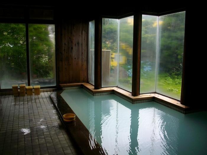 ポンプは使わず、自噴する自家源泉100%。たっぷりな湯量で、かけ流しを満喫できますよ。