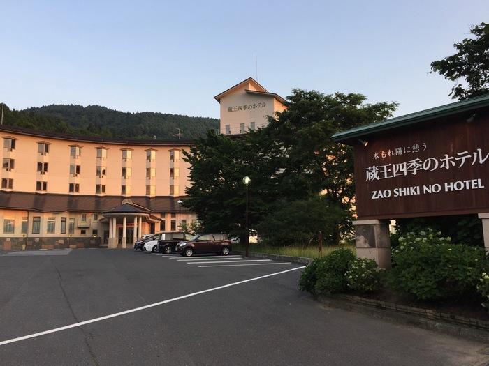 「蔵王温泉 四季のホテル」も、源泉かけ流し天然温泉の宿。和室もありますが、広々としたベッドを備えた洋室があったりと、さまざまなお客様のニーズにこたえてくれます。ご高齢の方にも、きっと喜ばれるはず。