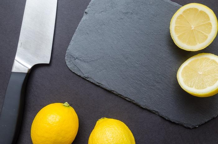 また、包丁やまな板、さらには手についた魚の生臭いにおいなども、レモンの皮で拭き取るだけで、気になるにおいをすぐに消すことが出来ます。