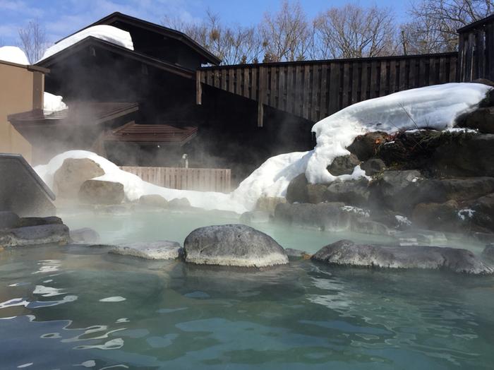 もちろん、露天風呂もありますよ。冬はこのように雪景色と硫黄の香り、湯けむりに包まれながら、情緒あるひと時を過ごすことができます。 蔵王国際ホテルも、日帰り入浴可能です。