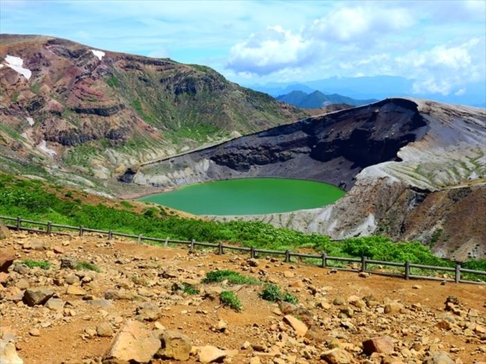 「蔵王ハイライン」の道路を進むと、こちらの、エメラルドグリーンの火山湖「御釜(おかま)」へと向かうことができます。  山頂駐車場から数分歩けば、蔵王連峰「御釜」に到着。蔵王のシンボルとして親しまれている観光スポットです。